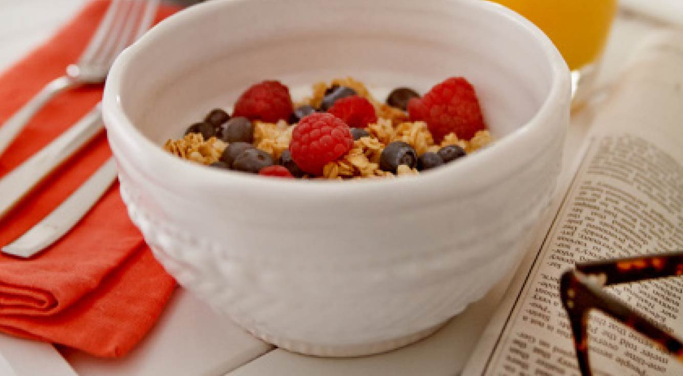 Bowl of fiber-packed oats with berries.